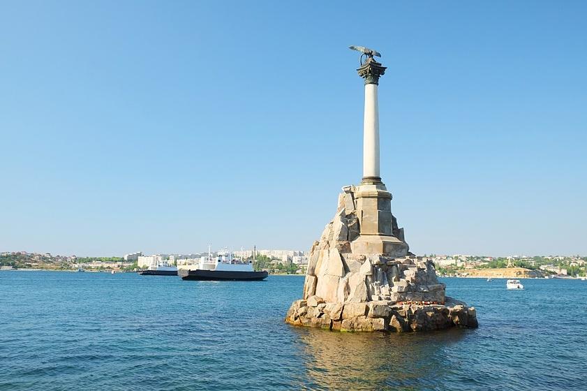 Памятник затопленным кораблям вбухте Севастополя